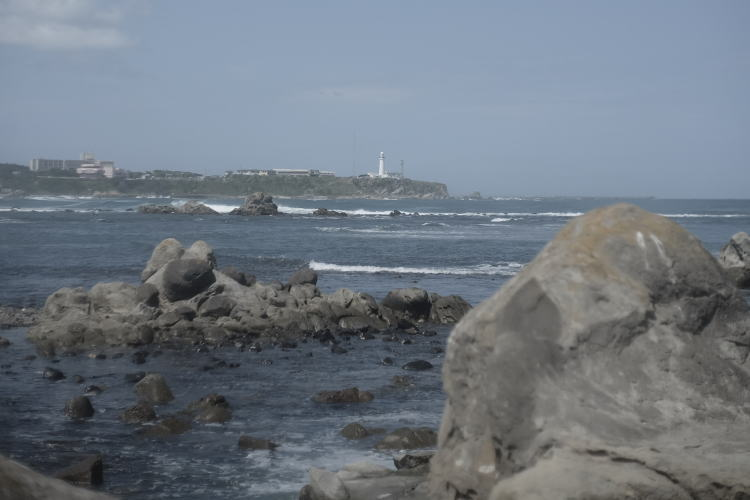 Inubosaki Lighthouse as seen from Nagasakibana shore(長崎鼻の海岸から見る犬吠埼灯台)