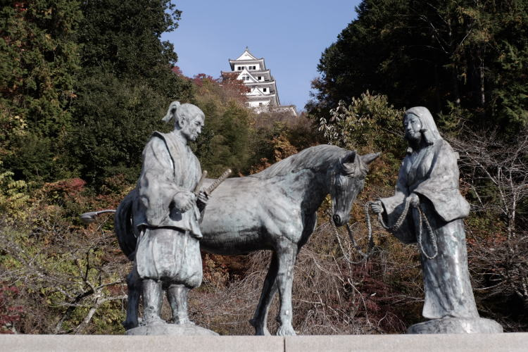 Statue of Yamanouchi Kazutoyo and his wise wife Chiyo in front of Gujo Hachiman Castle (山ノ内一豊の像)