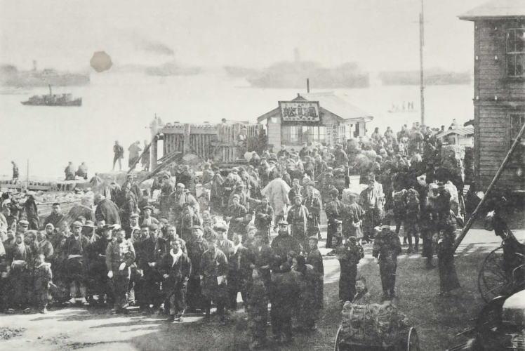 Hokkaido pioneers at Otaru Port (小樽港に到着した開拓移民達)
