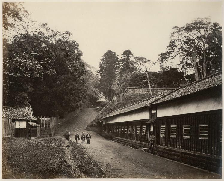 Tsunazaka Slope in Mita, taken by Felice Beato (ベアト撮影、江戸時代の三田綱坂)